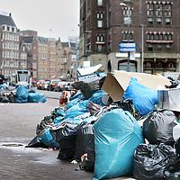 Nederland, Amsterdam , 13 mei 2010..Het vuil in Amsterdam stapelt zich overal op. Op de foto vuil op het Rokin..De staking van de Gemeentereiniging is pas een week aan de gang en de stakers willen nog een week doorgaan, totdat hun eisen voor een loonsverhoging worden gehonoreerd.De medewerkers van de gemeentelijke reinigingsdiensten leggen tot en met 19 mei het werk neer lieten de vakbonden afgelopen maandag weten..Foto:Jean-Pierre Jans
