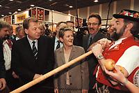 19 JAN 2001, BERLIN/GERMANY:<br /> Eberhard Diepgen, CDU, Reg. Buergermeister Berlin, und Renate Kuenast, B90/Gruene, Bundesverbraucherschutz- und landwirtschaftsministerin, mit Alphornblaesern auf dem Eroeffnungsrundgang der Gruenen Woche, Messegelaende Berlin <br /> IMAGE: 20010119-01/01-08<br /> KEYWORDS: Reate Künast, Grüne Woche