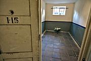 Nederland, Vught, 15-11-2018Het nationaal monument kamp Vught, waar in de 2e wereldoorlog joden en andere door de bezetter gevangen genomen mensen werden opgesloten en van hieruit getransporteerd naar vernietigingskampen. Hetv kamp ligt pal naast de justitiele inrichting, EBI, gevangenis waar ook terreurverdachten opgeloten zitten . een cel, isoleercel, waar speciale mensen zoals verzetsstrijders werden opgesloten .Foto: Flip Franssen