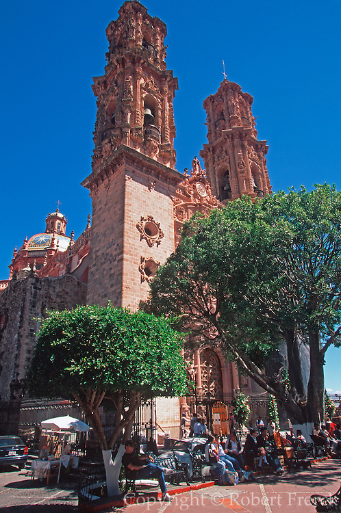 MEXICO, COLONIAL, TAXCO Santa Prisa Cathedral on Plaza Borda