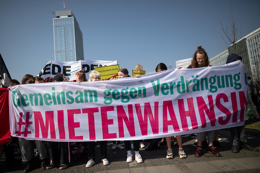 """Mehrere zehntausend Menschen protestieren in Berlin unter dem Motto """"Mietenwahnsinn stoppen"""". Die Demonstranten protestieren gegen steigende Mieten und Verdrängung. Im Rahmen der Demonstration beginnt auch die Unterschriftensammlung für das Volksbegehren """"Deutsche Wohnen & Co enteignen, das eine Enteignung von Immobilienfirmen die mehr als 3000 Wohnung in der Stadt besitzen fordert. Demonstranten mit Banner: Gemeinsam gegen Verdrängung und #Mietenwahnsinn.<br /> <br /> [© Christian Mang - Veroeffentlichung nur gg. Honorar (zzgl. MwSt.), Urhebervermerk und Beleg. Nur für redaktionelle Nutzung - Publication only with licence fee payment, copyright notice and voucher copy. For editorial use only - No model release. No property release. Kontakt: mail@christianmang.com.]"""