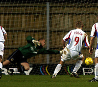 Photo: Richard Lane.<br />Oxford United v Carlisle United. Nationwide Division Three. 13/12/2003.<br />Richie Foran scores a consolation goal as he slots a penalty past Andy Woodman.