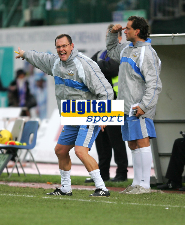 Photo: Frances Leader.<br />Brighton & Hove Albion v Derby County. Coca Cola Championship. 26/11/2005<br />Derby's manager Phil Brown (L)