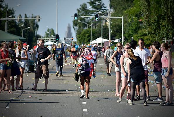 Nederland, Nijmegen, 18-7-2014Het vierdaagselegioen loopt over de Via Gladiola Nijmegen binnen. Na een feestelijke intocht volgt de uiteindelijke finish en het ophalen van het kruisje, vierdaagsekruisje, op de Wedren. Voor de laatste lopers is het echt doorzetten om op tijd binnen te zijn. Vanwege de vliegramp boven de Oekraine is de intocht sterk versoberd. Geen marsmuziek of muziek van groepen.The International Four Day Marches Nijmegen (or Vierdaagse) is the largest marching event in the world. It is organized every year in Nijmegen mid-July as a means of promoting sport and exercise. Participants walk 30, 40 or 50 kilometers daily, and on completion, receive a royally approved medal, Vierdaagsekruis. ~The participants are mostly civilians, but there are also a few thousand military participants. In 2004 a restriction on the maximum number of registrations is 45,000 registrations. More than a hundred countries have been represented in the Marches over the years. Foto: Flip Franssen/Hollandse Hoogte