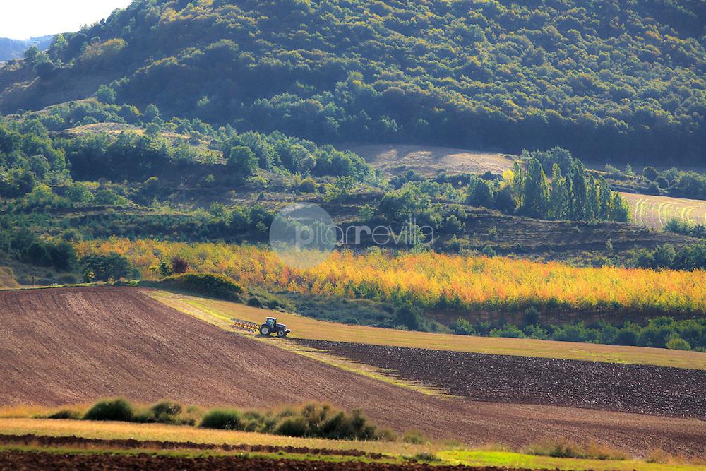 Tractor labrando en campo. La Rioja ©Daniel Acevedo / PILAR REVILLA