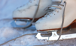 THEMENBILD - ein Paar Eiskunst-Schlittschuhe liegen auf dem Eis aufgenommen am 01. März 2018, Ort, Österreich // a pair of ice skates are on the ice on 2018/03/01, Saalfelden, Austria. EXPA Pictures © 2018, PhotoCredit: EXPA/ Stefanie Oberhauser
