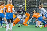BLOEMENDAAL -  Drukte voor het doel van keeper Diana Beemster (Bldaal)  tijdens de Hoofdklasse competitie-wedstrijd  Hockey vrouwen Bloemendaal-Kampong (0-3)  . COPYRIGHT KOEN SUYK