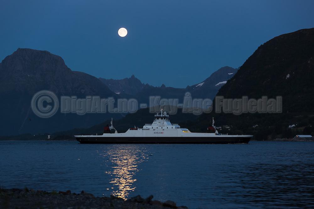 The car ferry Tidesund sailing to Hareid, lit up by fullmoon (supermoon) | Fergen Tidesund fra Norled på vei inn til Hareid, opplyst av fullmånen (supermåne).