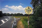 Duitsland, Kleef, 12-6-2009Een verkeersbord met daarop een afbeelding van een tank met snelheidaanduidingen. Het bord geeft aan hoe snel militaire voertuigen, colonnes, op een brug of viaduct mogen rijden. Rechts voor enkelbaans, links voor het geval er tegenliggers zijn. De borden stammen uit de koude oorlog en de tijd dat er regelmatig door Amerikanen of de Navo oefeningen werden gehouden.Foto: Flip Franssen/Hollandse Hoogte