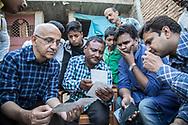 25022019. INDE. BIHAR. La caravane de la paix Karwan-e-Mohabbat. Harsh Minder, à l'origine de Karwan-e-Mohabbat (la caravane de l'amour), leader du collectif. SITAMARHI. SITAMARHI. Village de BHORAHAN. Quartier musulman. Famille de Zainul Ansari, assassiné à 82 ans le 19 octobre 2018, lynché dans la rue par des jeunes hindous qui célebrait la déesse Durga. Des fanatiques font courir la rumeur que des musulmans auraient brisé le bras d'une idole. Le cortège exalté s'engage dans les ruelles et abandonnent la procession. Ils tombent par hasard sur le vieil homme, s'acharne sur lui à coups de gourdins avant de brûler son corps. Son fils Akhlaq montre des photos du lynchage prises au téléphone portable par des badauds.