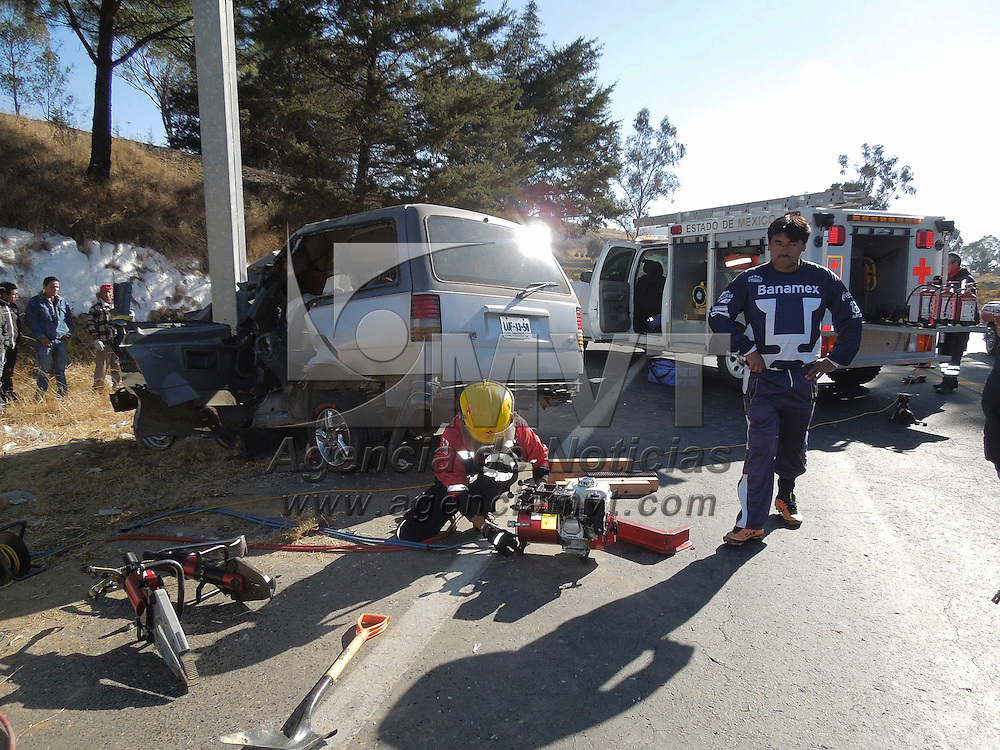 Zinacantepec, México.- Un hombre perdió la vida al registrarse un accidente de tránsito en la carretera Toluca-Villa Victoria, una mujer y 5 menores resultaron heridos.  Agencia MVT / Juan Miranda