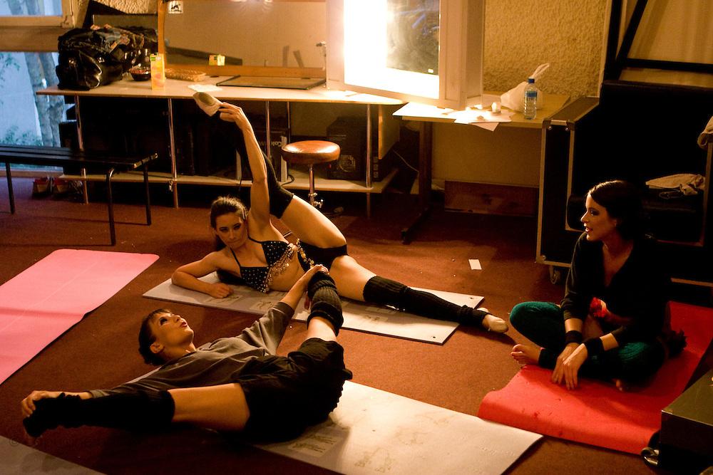 Lundi 14 Septembre 2009. Paris, France..Premiere competition Officielle de Pole Dance en France..20eme Theatre (Paris 20eme)..L'echauffement des candidates.