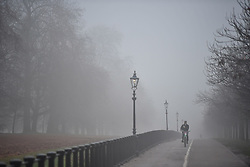 © Licensed to London News Pictures. 30/12/2016. London, UK.   Think fog in Hyde Park central London at sunrise on another freezing winter morning.. Photo credit: Ben Cawthra/LNP