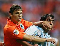 v.l. Khalid Boulahrouz, Carlos Tevez Argentinien<br /> Fussball WM 2006 Niederlande - Argentinien <br /> Nederland- Argentina<br />  Norway only