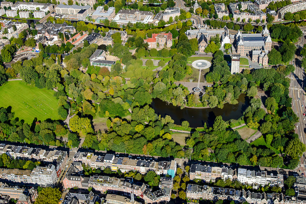 Nederland, Noord-Holland, Amsterdam, 27-09-2015; overzicht Oosterpark met onder in beeld Eerste Oosterparkstraat, rechts Linnaeusstraat, boven  Mauritskade met Tropenmuseum (voorheen Koloniaal instituut).<br /> Oosterpark, East Park, Royal Tropical Institute<br /> <br /> luchtfoto (toeslag op standard tarieven);<br /> aerial photo (additional fee required);<br /> copyright foto/photo Siebe Swart