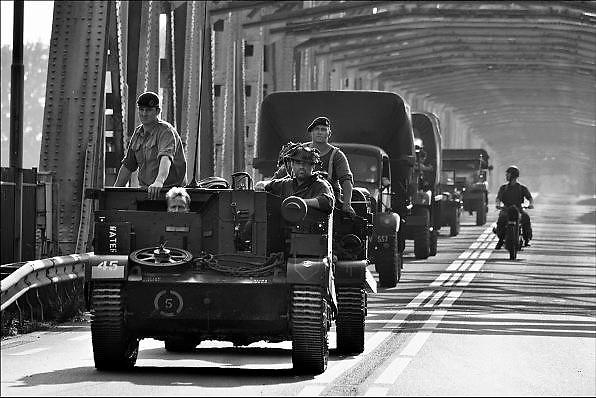 Nederland, Grave, 17-9-2014Herdenking van operatie marketgarden in september 1944. Een groep, colonne, militaire, historische voertuigen uit de 2e wereldoorlog, legervoertuigen, rijdt over de Thompson brug bij Grave. Het is de laatste officiele herdenking met veteranen. Market Garden luidde de bevrijding in van Zuid Nederland. Het veroveren van alle bruggen mislukte.FOTO: FLIP FRANSSEN/ HOLLANDSE HOOGTE