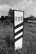 Napis KOR na znaku kolejowym na bocznicy kolejowej w dzielnicy Grzegórzki w Krakowie. Koniec lat 70. XX wieku.