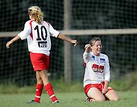 Fotball<br /> Toppserien kvinner<br /> 12.08.2006<br /> Liungen v Sandviken 2-5<br /> Foto: Morten Olsen, Digitalsport<br /> <br /> Solfrid Breistein jubler for 5-2 til Sandviken og gratuleres av Aimee Edris (10)