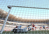 Fotball<br /> VM 2010<br /> 17.06.2010<br /> Argentina v Sør Korea<br /> Foto: Witters/Digitalsport<br /> NORWAY ONLY<br /> <br /> 2:0 Tor durch Gonzalo Higuain gegen Torwart Jung Sung-Ryong (Suedkorea)<br /> Fussball WM 2010 in Suedafrika, Vorrunde, Argentinien - Suedkorea