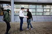 Een agent probeert een man te kalmeren. Buiten het collegegebouw ontstaat een opstootje als Pownews enigszins provocerend de tegenstanders van Zwarte Piet willen interviewen. In Utrecht wordt bij het College voor Rechten van de Mens een zitting gehouden over Zwarte Piet. Een Utrechtse moeder vindt Zwarte Piet discriminerend en wil dat een basisschool in Utrecht de hulp van Sinterklaas volledig uit het onderwijsaanbod haalt.<br /> <br /> Outside the college building is a small riot when journalists of PowNews slightly provocative want to interview opponents of Zwarte Piet. In Utrecht at the College of Human Rights a hearing is held about Zwarte Piet (Black Pete). A Utrecht mother takes Zwarte Piet discriminatory and wants a primary school in Utrecht to remove the help of Sinterklaas completely from the curriculum.
