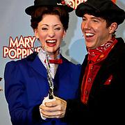NLD/Amsterdam/20100210 -  1e repetitiedag musical Mary Poppins, Noortje Herlaar, William Spaaij likken een mes af