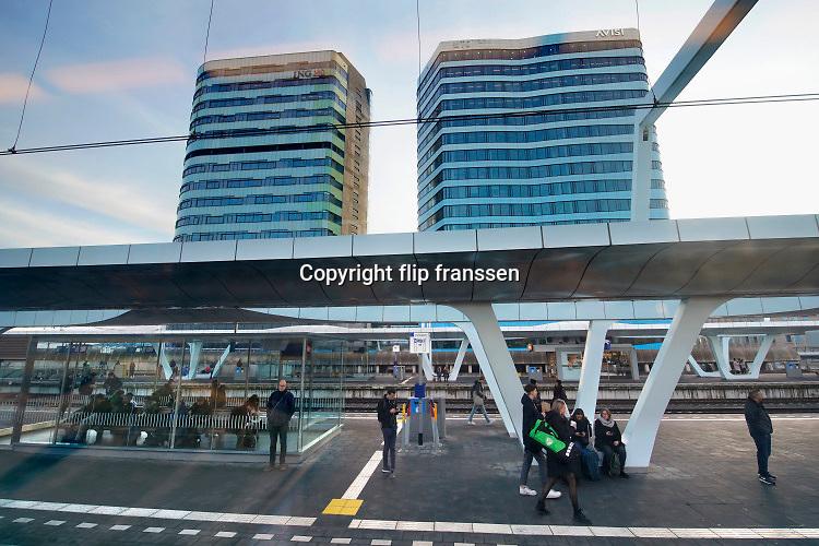 Nederland, Arnhem, 22-11-2019Centraal station Arnhem met zicht op de twee beeldbepalende kantoorgebouwen die ervoor staan. Een waar de ING in zit, de ander het WTC en softwarebedrijf Avisi .