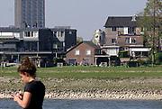 Nederland, Nijmegen, 16-4-2020 De replica van een Romeins masker op het Lentereiland in de nevengeul bij Nijmegen is een publiekstrekker. Het beeld van 6 meter hoog is daar geplaatst om als blikvanger en uitkijkpunt te dienen voor de oude stad. Aan de achterkant kun je erin om door de ogen te kijken . Het origineel bevindt zich in museum het Valkhof. De maker en ontwerper is kunstenaar Andreas Hetfeld . Het originele gezichtsmasker is in 1915 opgevist uit de Waal.Foto: Flip Franssen
