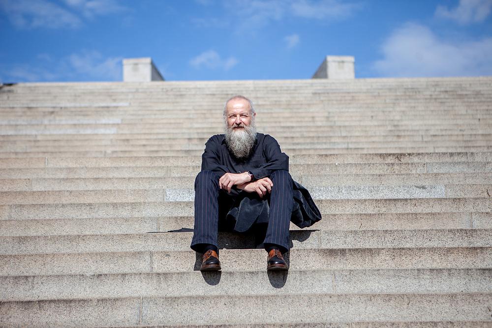 Autor Christian Hussel fotografiert für das Prager Literaturhaus in Zizkov. Er ist gelernter Drechsler und hat Theaterwissenschaft und Soziologie studiert. Er schrieb Beiträge für originalgrafische Zeitschriften, Anthologien und Literaturzeitschriften. Bisher hat er 20 Hörspiele produziert und drei Theaterstücke zur Aufführung gebracht