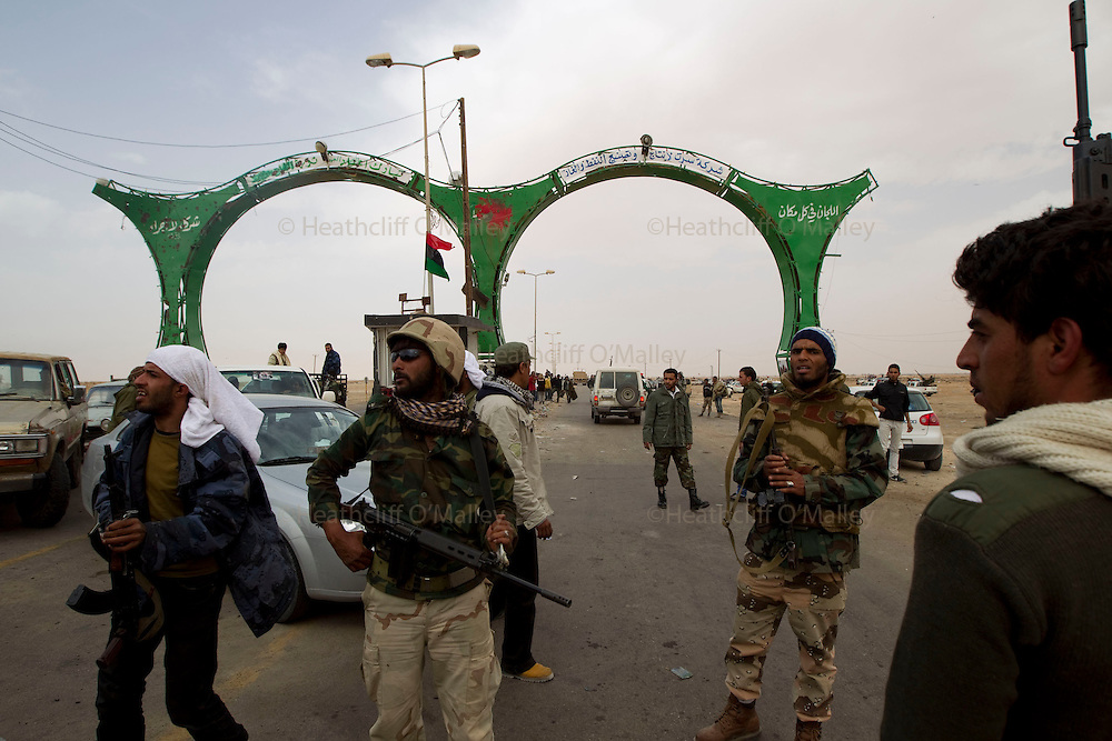 Mcc0030300 . Daily Telegraph..Libyan rebels forces gather at the western gates of Adjabiyah as Gaddafi's forces advance..Gaddafi's forces have been rapidly advancing in the past 24 hours and are now approaching Ajdabiyah...Ajdabiyah 30 March 2011