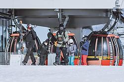 THEMENBILD - Wintersportler mit FFP2 Masken am Kitzsteinhorn Gletscherskigebiet, aufgenommen am 13. Februar 2021 in Kaprun, Österreich // Winter sports enthusiasts with FFP2 masks at the Kitzsteinhorn glacier ski resort in Kaprun, Austria on 2021/02/13. EXPA Pictures © 2021, PhotoCredit: EXPA/ JFK