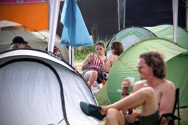 Nederland, Beuningen, Ewijk, 28-6-2018 Vandaag konden festivalgangers van het festival Down the Rabbit Hole , dtrh naar binnen en hun tent opzetten. Het is warm en komende dagen blijft het zomerse weer . Morgen begint het driedaagse festival bij Nijmegen. . Foto: Flip Franssen