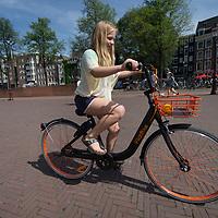 Nederland, Amsterdam, 9 juli 2017.<br /> De Amsterdamse start-up FlickBike test deze zomer een naar eigen zeggen 'vernieuwend deelfietsconcept'. Het experiment omvat duizend fietsen, die realtime te vinden zijn via een gratis app. Gebruikers downloaden de app, zoeken een fiets in de buurt en openen het fietsslot met hun telefoon.<br /> <br /> Anders dan bij veel bestaande deelfietsconcepten, laten fietsers een FlickBike gewoon achter op hun bestemming. Teruggaan naar een huurstalling of fietsverhuurstation is niet meer nodig.<br /> <br /> <br /> Foto: Jean-Pierre Jans