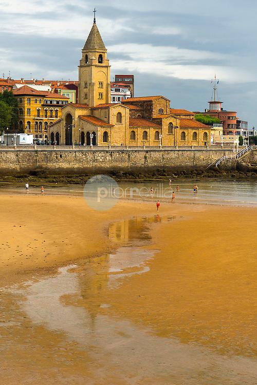 Playa de Gijón con iglesia de San Pedro ©Country Sessions / PILAR REVILLA
