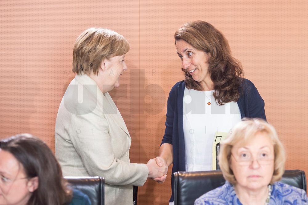 30 AUG 2017, BERLIN/GERMANY:<br /> Angela Merkel (L), CDU, Bundeskanzlerin, und Aydan Oezoguz (R), SPD, Staatsministerin bei der Bundeskanzlerin als Beauftragte der Bundesregierung fuer Migration, Fluechtlinge und Integration, im Gespraech, vor Beginn der Kabinettsitzung, Bundeskanzleramt<br /> IMAGE: 20170830-01-003<br /> KEYWORDS: Kabinett, Sitzung, Gespräch, Aydan Özoğuz