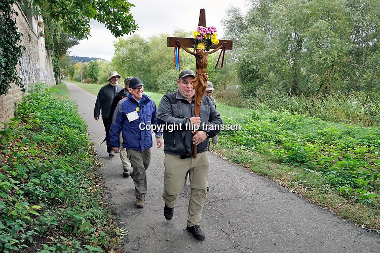 Duitsland, Trier, 27-9-2020 Een groepje mannen loopt een voettocht van hun woonplaats naar een nabijgelegen kerk buiten de stad . Het is een vorm van boetedoening .Foto: ANP/ Hollandse Hoogte/ Flip Franssen