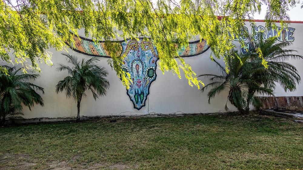 Rio Grande Grill's. Longhorn Steer Skull mural, <br /> Harlingen, Texas, USA