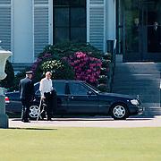 90ste Verjaardag Juliana, Bernhard Jr. arrivert bij oma op krukken