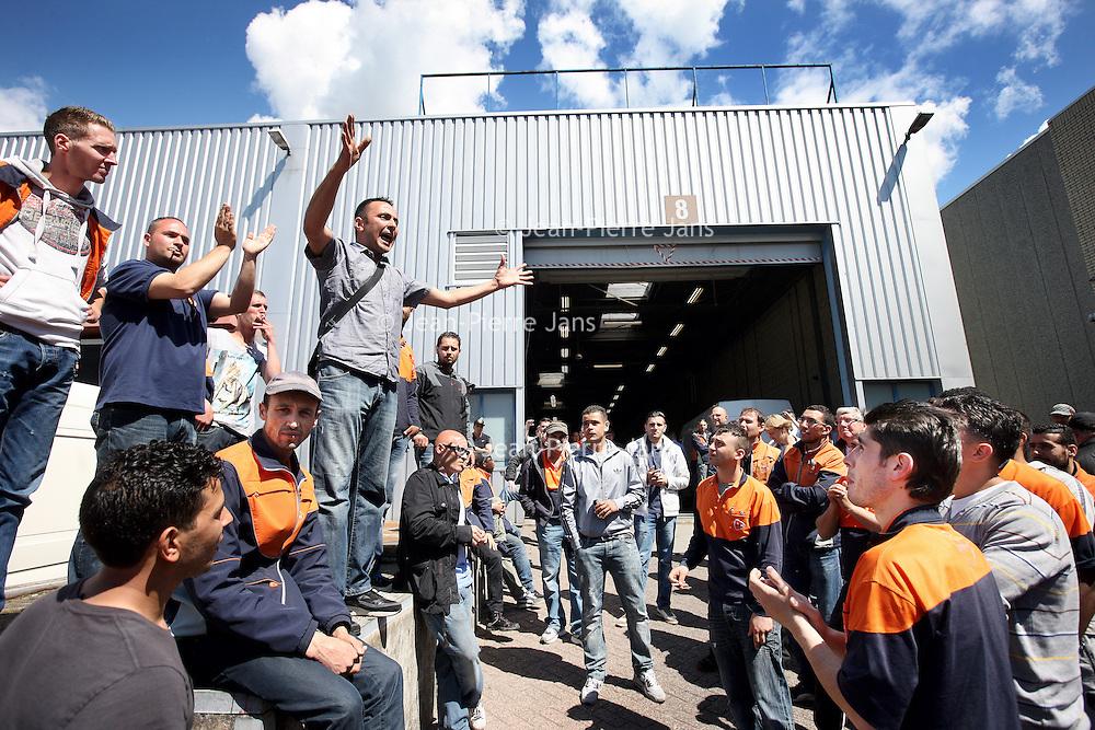 """Nederland, Amsterdam , 25 juni 2013.<br /> Bij een sorteercentrum van PostNLin Amsterdam is vanochtend een wilde staking uitgebroken onder de chauffeurs die voor PostNL de pakketjes bezorgen. Dat bevestigt een woordvoerder van het bedrijf. Duizenden pakketjes blijven hier door voorlopig liggen<br /> Enkele tientallen zzp'ers hebben op bedrijventerrein Sloterdijk het werk neergelegd uit onvrede over nieuwe tarieven die opdrachtgever PostNL wil invoeren. Volgens een woordvoerder namens de actievoerders zou PostNL een tariefverlaging willen doorvoeren van tussen de 20 en 30%. Bovendien zouden de kleine zelfstandigen worden gedwongen om ander materieel aan te schaffen, vanwege een nieuwe werkmethode bij hun opdrachtgever. """"En als we niet akkoord gaan, dan kunnen we afbouwen. Maar wij hebben ook mensen in dienst en investeringen gedaan in auto's.""""<br /> Foto:Jean-Pierre Jans"""