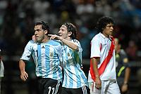Fotball<br /> Copa America<br /> 08.07.2007<br /> Argentina v Peru<br /> Foto: imago/Digitalsport<br /> NORWAY ONLY<br /> <br /> Carlos Tevez (li.) und Lionel Messi (beide Argentinien) - Torjubel, re. der enttäuschte Santiago Acasiete (Peru)