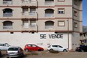 Spanje, El Ejido, 7-11-2019Straatbeeld uit El Ejido . Komende zondag zijn er algemene verkiezingen in Spanje en de populistische partij Vox heeft hier een grote aanhang. In dit deel van Andalucie worden veel groente en fruit verbouwd die hun weg vinden via de export naar o.a. Nederland . Het wordt de zee van plastic genoemd. In de kassen werken voornamelijk migranten uit Afrika, en arbeidsmigranten uit Oost-Europa die een laag loon uitbetaald krijgen, tussen de 30 en 40 euro per 8 urige dag, werkdag, afhankelijk van de werkgever.Foto: Flip Franssen