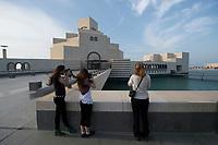 10 APR 2013, DOHA/QATAR<br /> Touristinnen fotografieren vor dem Museum of Islamic Arts, Museum fuer Islamische Kunst, Architekt: Ieoh Ming Pei<br /> IMAGE: 20130410-01-062<br /> KEYWORDS: Katar, moderne Architektur
