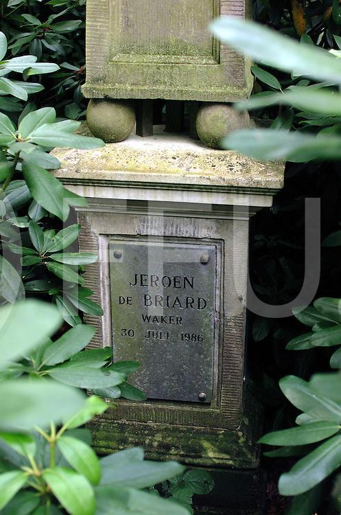 fotografie frank uijlenbroek©2000 michiel van de velde.000818 heino ned.buist2.jpg.honden monument bij kasteel nijenhuis sokkel onder het monument