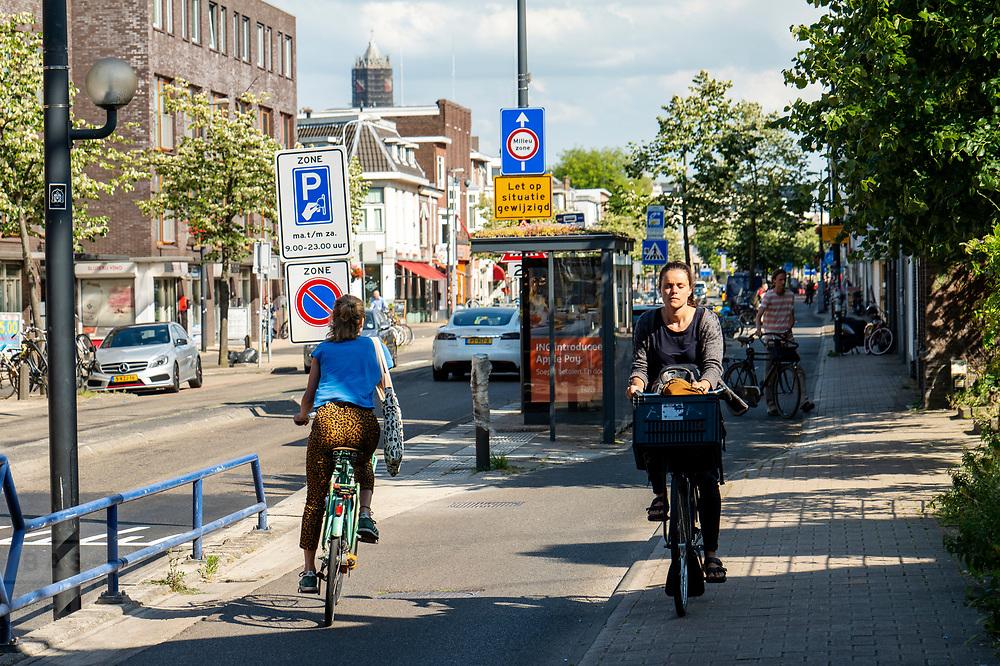 In Utrecht rijdt een fietser tegen het verkeer in op de stoep.<br /> <br /> In Utrecht a cyclist rides on the sidewalk.