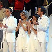 NLD/Hilversum/20070302 - 8e Live uitzending SBS Sterrendansen op het IJs 2007 de Uitslag, Geert Hoes en Sita Vermeulen met hun schaatspartners horen huilend de uitslag