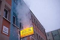 Bialystok, 16.01.2021. Gwaltowny atak zimy, w ciagu paru godzin przybylo kilkanascie centymetrow sniegu N/z spadajacy snieg z dachu budynku fot Michal Kosc / AGENCJA WSCHOD