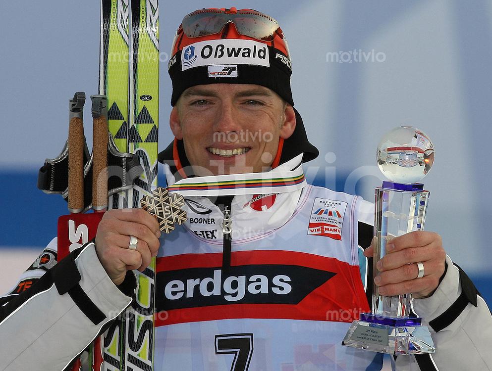 Sapporo , 040307 , Nordische Ski Weltmeisterschaft  Maenner 50km Rennen ,  Jens FILBRICH (GER) mit seiner Bronzemedaille