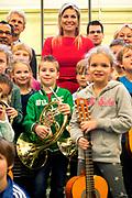 Koningin Maxima tijdens een bezoek aan het muziekproject Ieder Kind een Instrument. Het project heeft tot doel om muziekeducatie in de wijk te verankeren. <br /> <br /> Queen Maxima during a visit to the music project Every Child an instrument. The project aims to anchor. Music education in the district<br /> <br /> Op de foto / On the photo: <br /> <br />  Koningin Maxima in de klas / Queen Maxima at the school