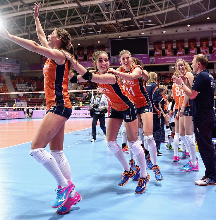 08-01-2016 TUR: European Olympic Qualification Tournament Nederland - Italie, Ankara<br /> De volleybaldames hebben op overtuigende wijze de finale van het olympisch kwalificatietoernooi in Ankara bereikt. Italië werd in de halve finales met 3-0 (25-23, 25-21, 25-19) aan de kant gezet / Robin de Kruijf #5, Myrthe Schoot #9, Anne Buijs #11, Nicole Koolhaas #22