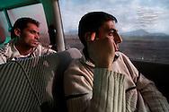 """Rushti Yazar (20, hinten) fährt zum ersten Mal nach Deutschland. Wie es da ist, will er von Sinan Kemal (27) wissen. ,,Solche Leute wie dich fressen sie auf"""", sagt Sinan. ,,Du bist zu schüchtern."""""""