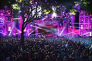 Nederland, The Netherlands, 16-7-2016Recreatie, ontspanning, cultuur, dans, theater en muziek in de binnenstad. Onlosmakelijk met de vierdaagse, 4daagse, zijn in Nijmegen de vierdaagse feesten, de zomerfeesten. Hier Matrixx at the park . Talrijke podia staat een keur aan artiesten, voor elk wat wils. Een week lang elke avond komen ruim honderdduizend bezoekers naar de stad. De politie heeft inmiddels grote ervaring met het spreiden van de mensen, het zgn. crowd control. De vierdaagsefeesten zijn het grootste evenement van Nederland en verbonden met de wandelvierdaagse. laser,laserlicht,lasers,lasershow,dj, lichtshowFoto: Flip Franssen